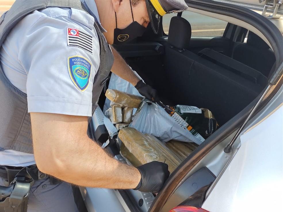Drogas estavam escondidas no porta-malas de carro em Santa Cruz do Rio Pardo — Foto: Polícia Rodoviária/Divulgação