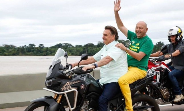 O presidente Jair Bolsonaro leva na garupa o empresário Lucian Hang
