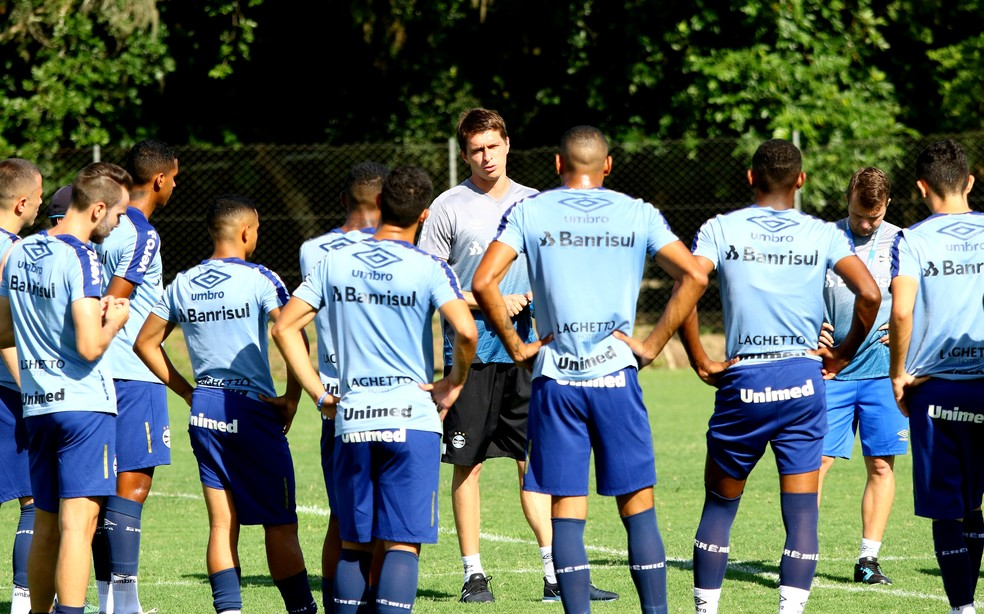 Thiago Gomes e o grupo de transição do Grêmio — Foto: Rodrigo Fatturi/Grêmio