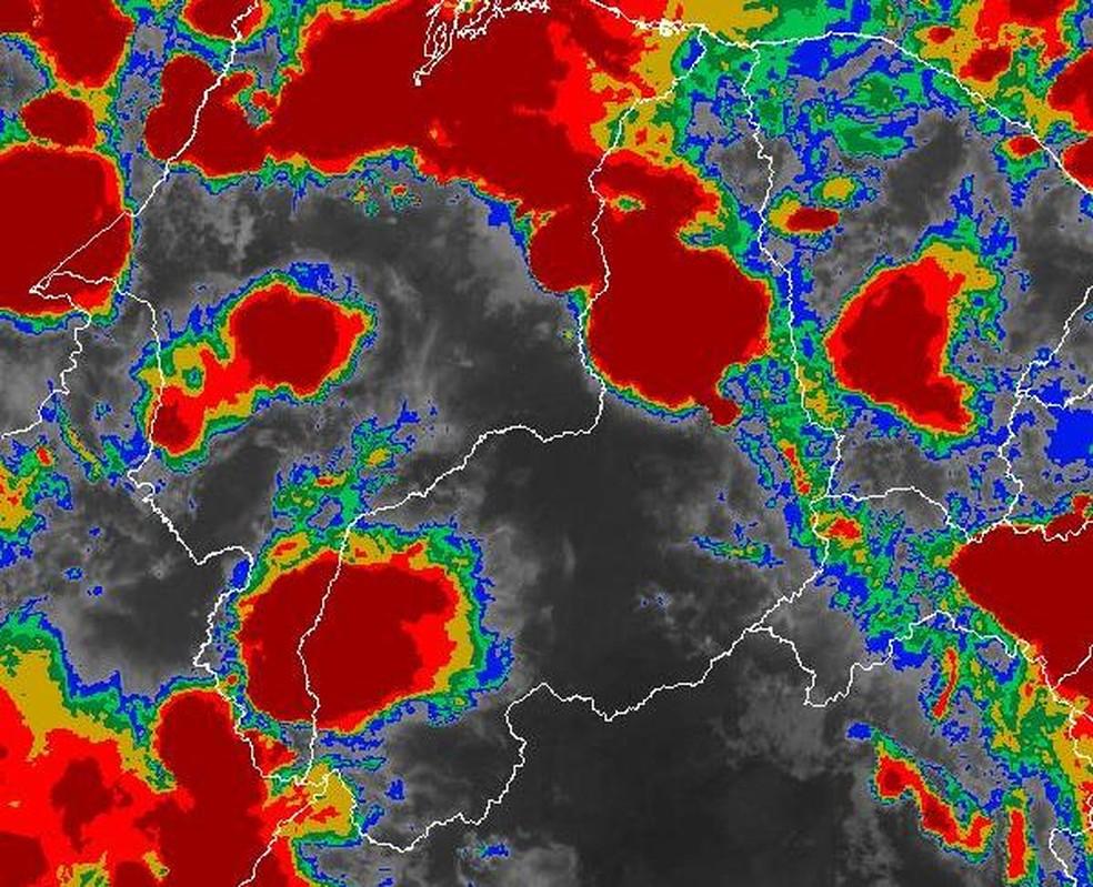 Nuvens altas e frias, indicadas pela cor vermelha, cobriram parte do Norte do Piauí nesta quarta-feira (13). — Foto: Satelite GOES