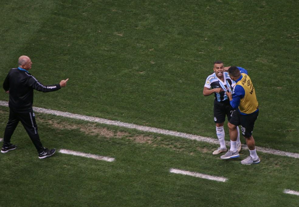 Alisson vibra com gol do Grêmio contra o Cuiabá e é contido por Diego Souza — Foto: Lucas Bubols/ge