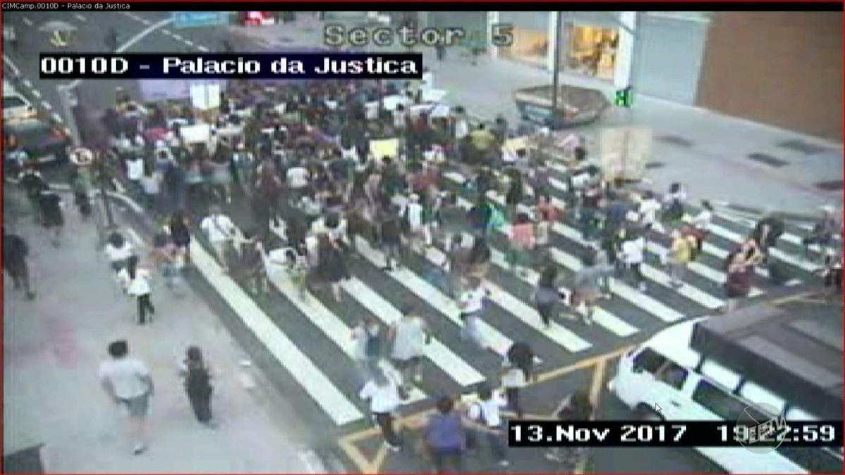 Grupo bloqueia trânsito no Centro de Campinas para protestar contra a PEC que proíbe aborto em todos os casos