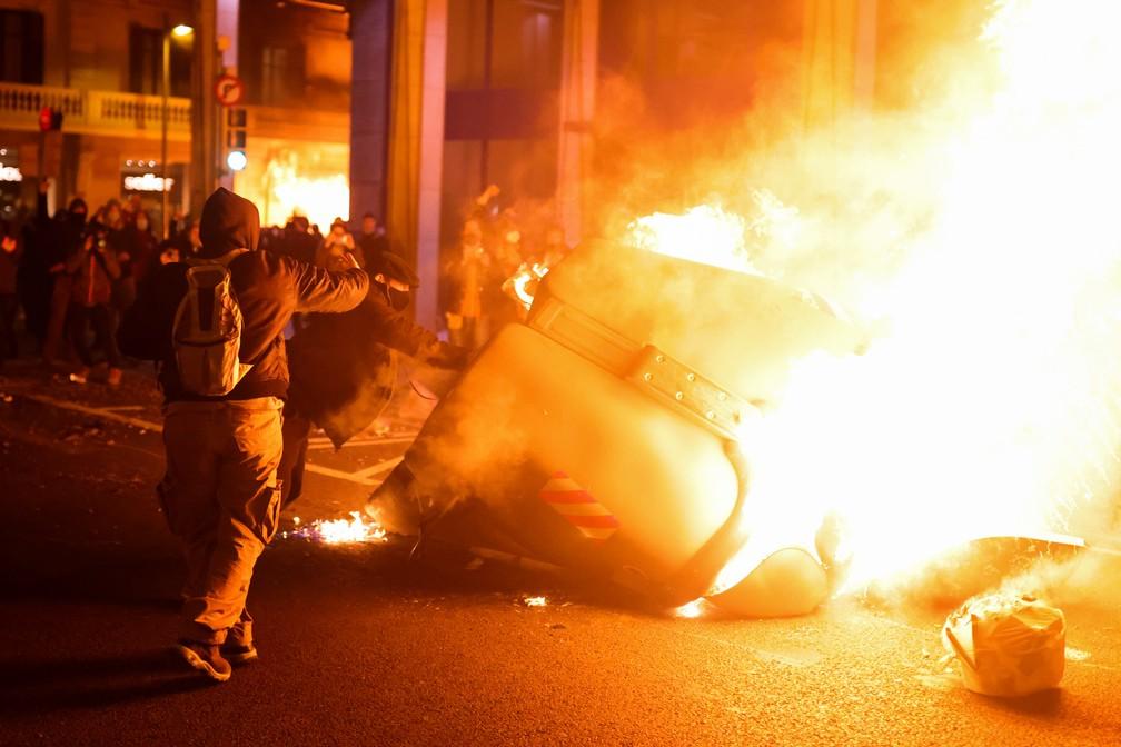 Protestos no centro de Barcelona contra a prisão de rapper condenado por letras contra a monarquia espanhola em 16 de fevereiro de 2021 — Foto: Nacho Doce/Reuters