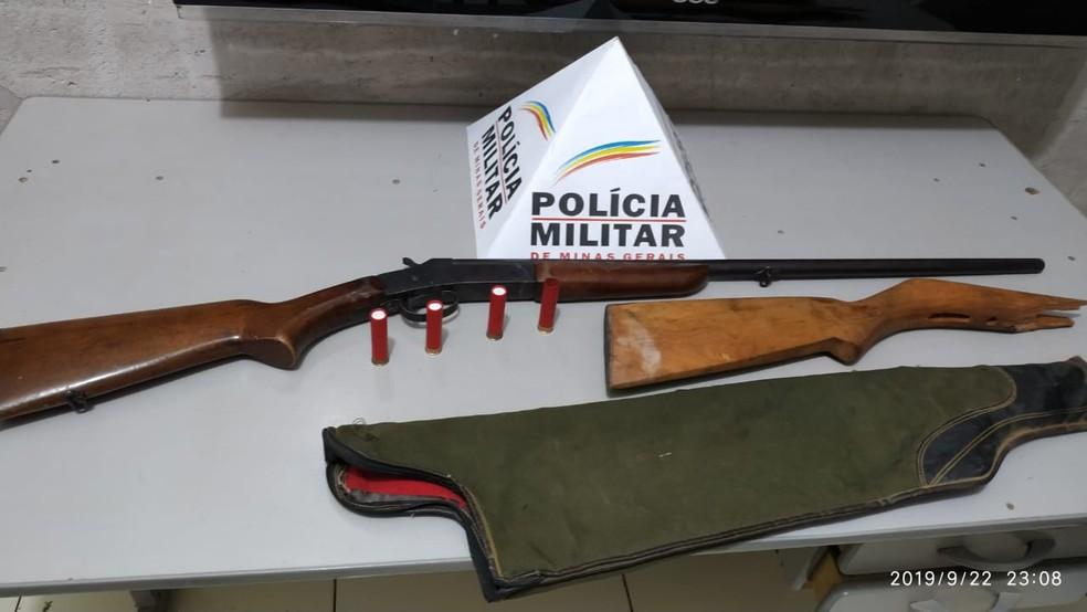 Segundo a PM, arma usada no crime estavam embaixo de colchão — Foto: Polícia Militar/Divulgação