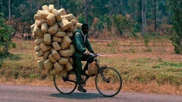 Homem transporta cestas em bicicleta; exercício físico é parte da rotina de muitos ugandenses (Foto: Getty Images via BBC)
