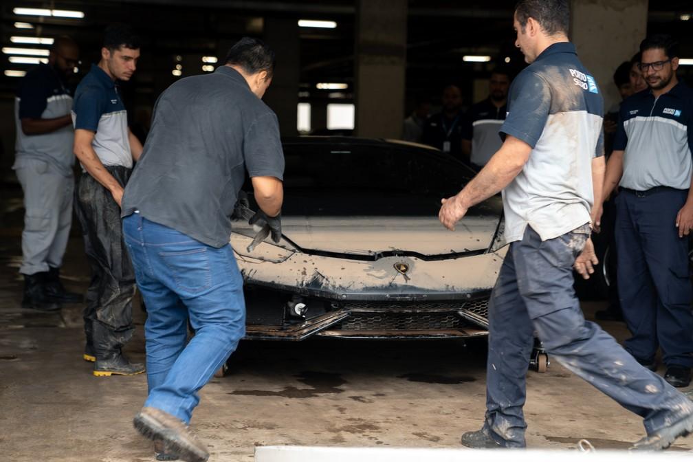 Lamborghini sendo retirada após o alagamento em São Paulo — Foto: Marcelo Brandt/G1