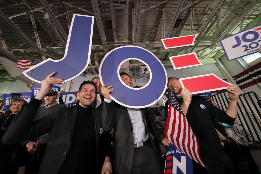 Apoiadores de Joe Biden comemoram vitória do pré-candidato nas primárias da Carolina do Sul neste sábado (29) — Foto: Gerald Herbert/AP Photo