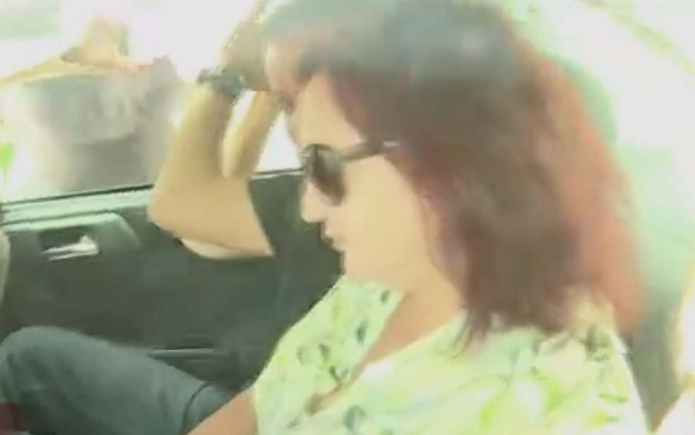 Susana Neves Cabral é levada para depor na sede da PF, em janeiro de 2017; um ano depois, ela seria condenada por lavagem de dinheiro — Foto: Arquivo: Globonews