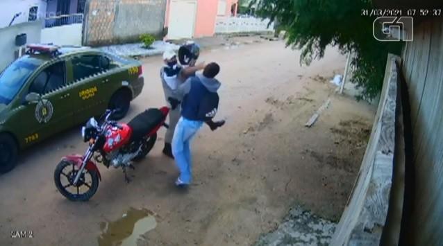 Justiça determina afastamento de PM acusado de agredir motociclista durante abordagem em Tapes; veja vídeo