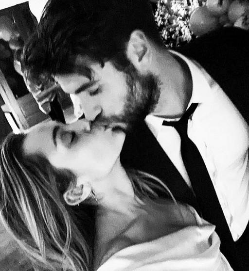 MIley Cyrus e Liam Hemsworth na festa de casamento dos dois (Foto: Instagram)