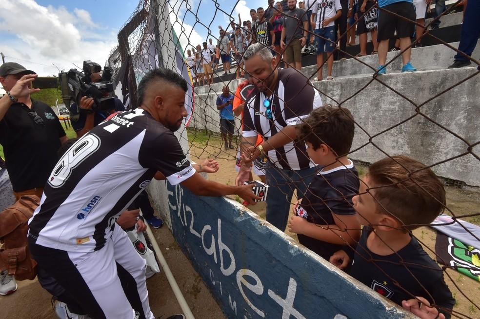 Léo Moura distribui brindes para a torcida na apresentação — Foto: Josemar Gonçalves/Botafogo-PB