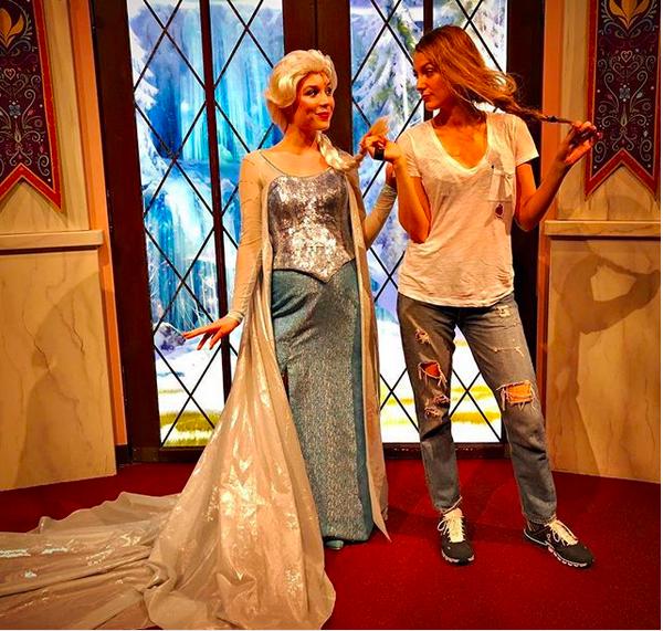 A atriz Blake Lively na Disney com a Príncesa Elsa de Frozen (2013) (Foto: Instagram)