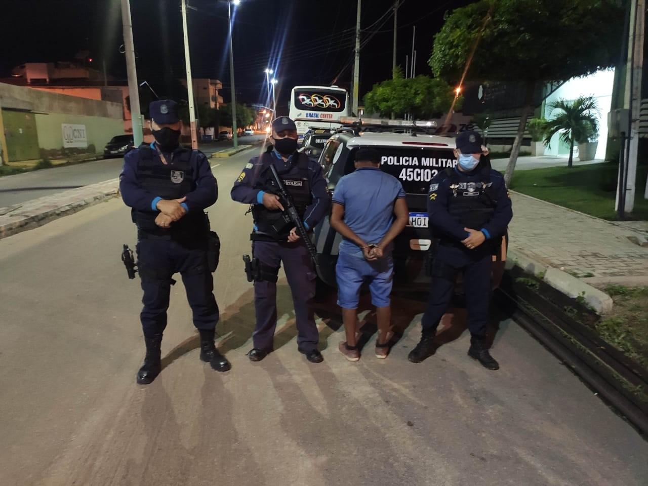 Homem atira em praça pública durante discussão com ex e atinge outra mulher em Icó