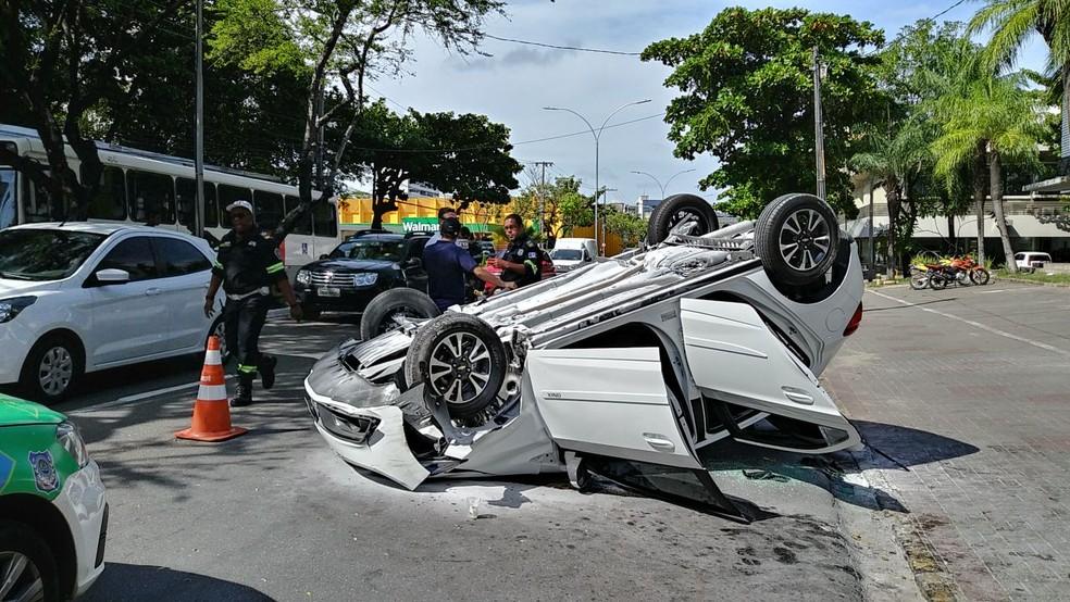 Carro capotou na Avenida Domingos Ferreira, em Boa Viagem (Foto: Everaldo Silva/TV Globo)