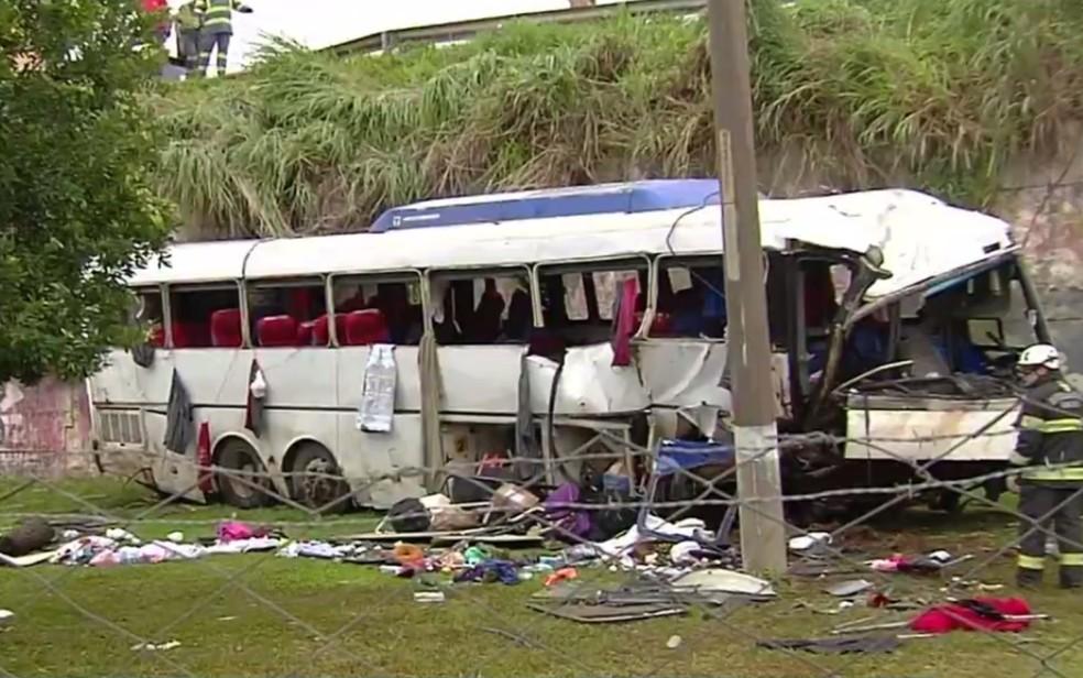 Ônibus cai de viaduto e deixa dois mortos, em Goiânia — Foto: Reprodução/TV Anhanguera