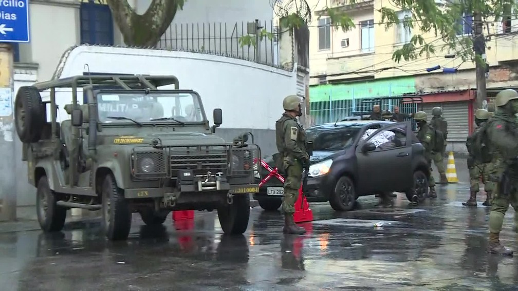 Militares do Exército em ação no Rio (Foto: Reprodução/Globo)