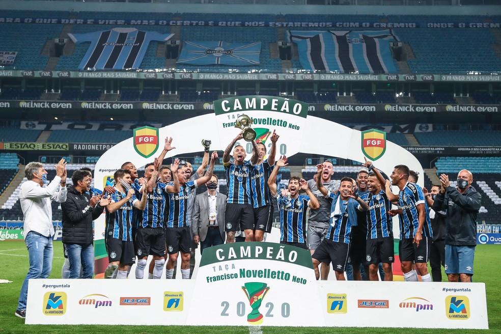 Everton Cebolinha levanta taça de campeão do 2º turno do Gauchão — Foto: Lucas Uebel/Grêmio