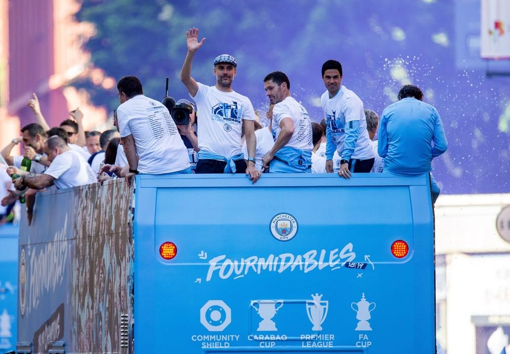 Guardiola acena para torcedores do alto de um dos ônibus — Foto: EFE