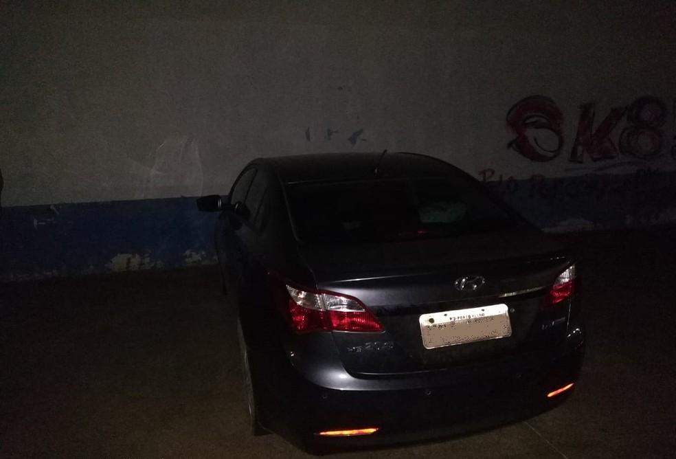 Carro de passeio levado roubado com a caminhonete foi encontrado após suspeito revelar a localização — Foto: Divulgação/Polícia Civil