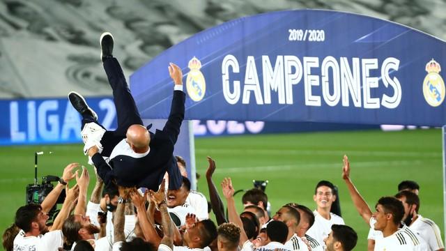 Zidane é jogado para o alto pelo elenco do Real Madrid