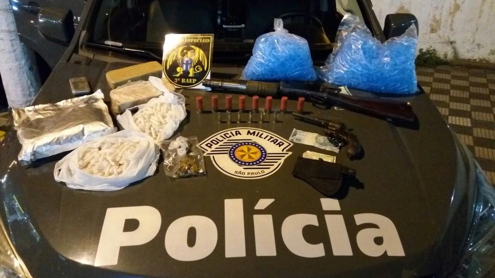 Duas armas de fogo também foram apreendidas na residência do suspeito. (Foto: Divulgação/Baep)