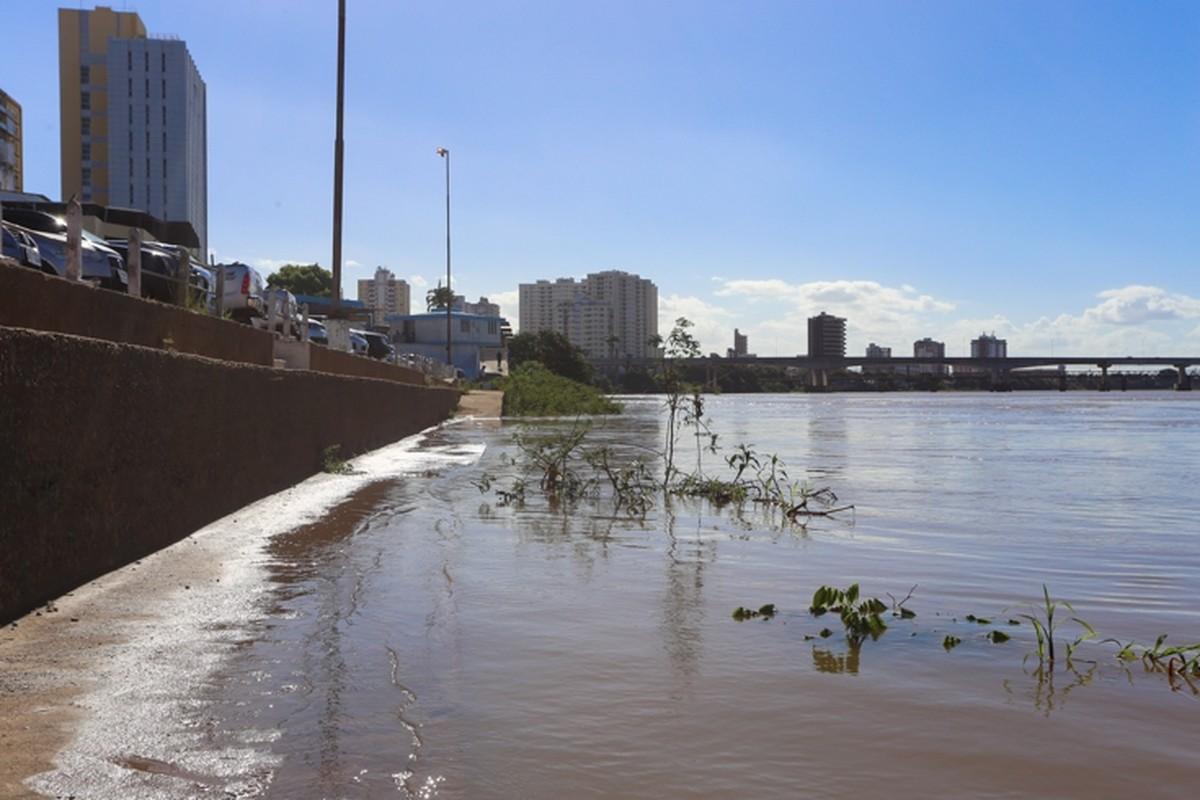 Rio Paraíba do Sul, em Campos, RJ, sobe mais de um metro após chuvas