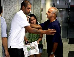 Adriano faz exames no Flamengo e encontra com Junior (Foto: Thiago Lontra / Ag. O Globo)