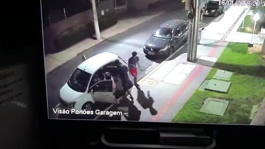 Jovens são rendidos e levados em carro com assaltantes em Cuiabá; veja vídeo
