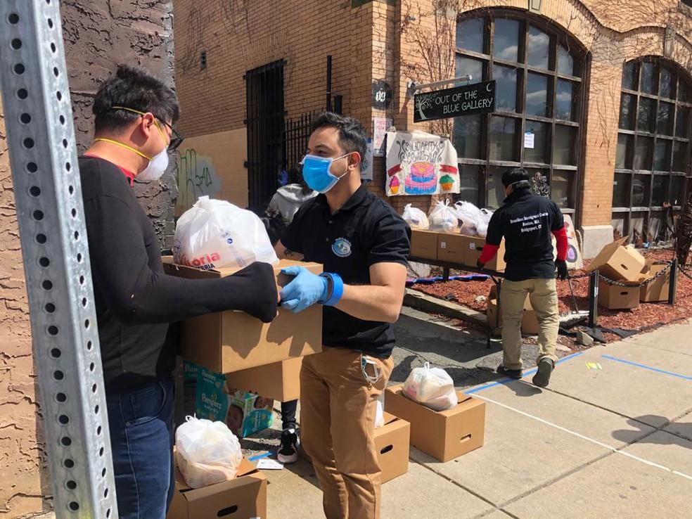 Imigrante recebe cesta básica em Allston, em Massachusetts, nos Estados Unidos, na quarta-feira (29) Brazilian  — Foto: Worker Center/ Divulgação