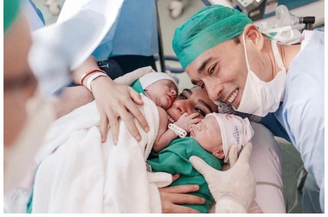 Andreia Sadi e André Rizek com os gêmeos Pedro e João (Foto: Arquivo pessoal)