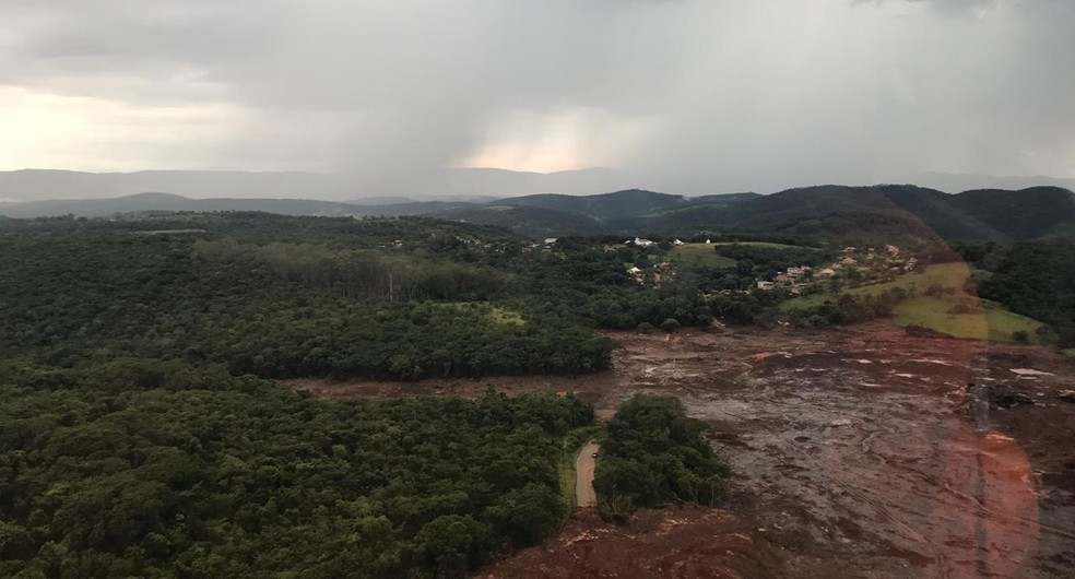 Bombeiros sobrevoam área atingida pela lama. — Foto: Tenente Coronel Anderson Passos/Corpo de Bombeiros de MG