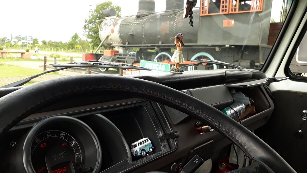 Painel da 'Florisbela Celeste'. Ao fundo a Locomotiva 14, em Porto Velho.  — Foto: Pedro Bentes/G1