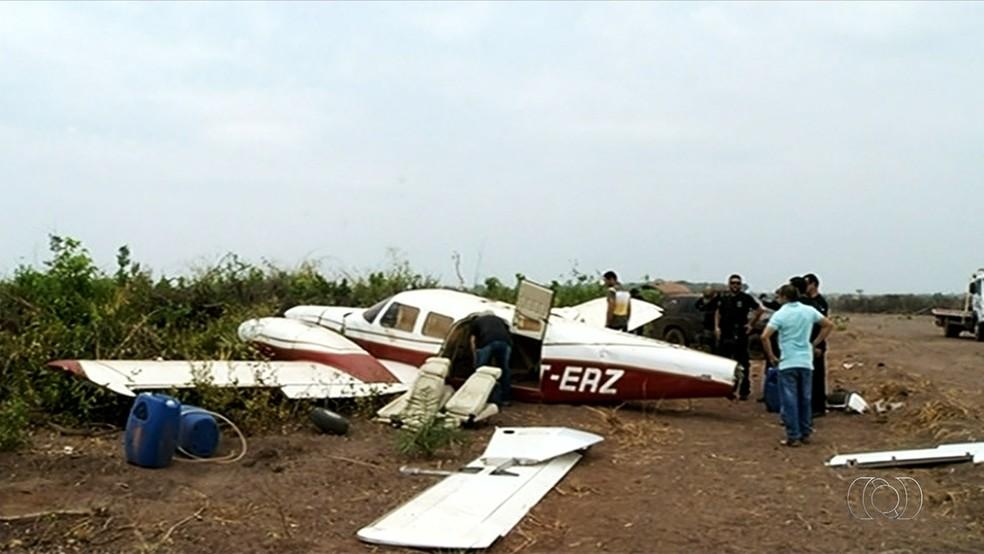 Os mais de 300 quilos apreendidos em fazenda estavam ao lado de avião (Foto: Reprodução/TV Anhanguera)