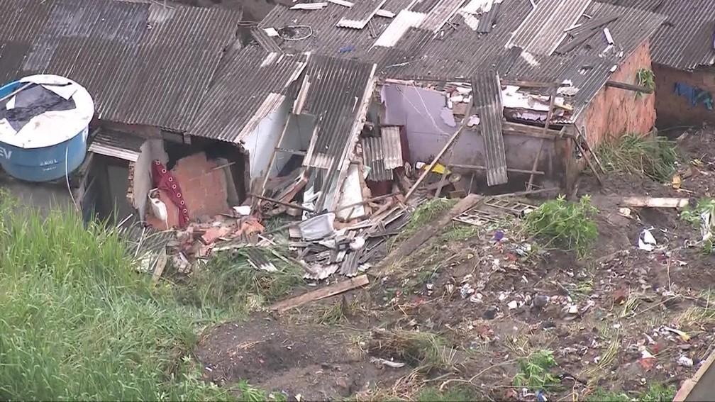Bebê de um ano morreu soterrado após deslizamento de terra no Morro do Feijão, em São Gonçalo, na madrugada desta quinta-feira (10) — Foto: Reprodução / TV Globo