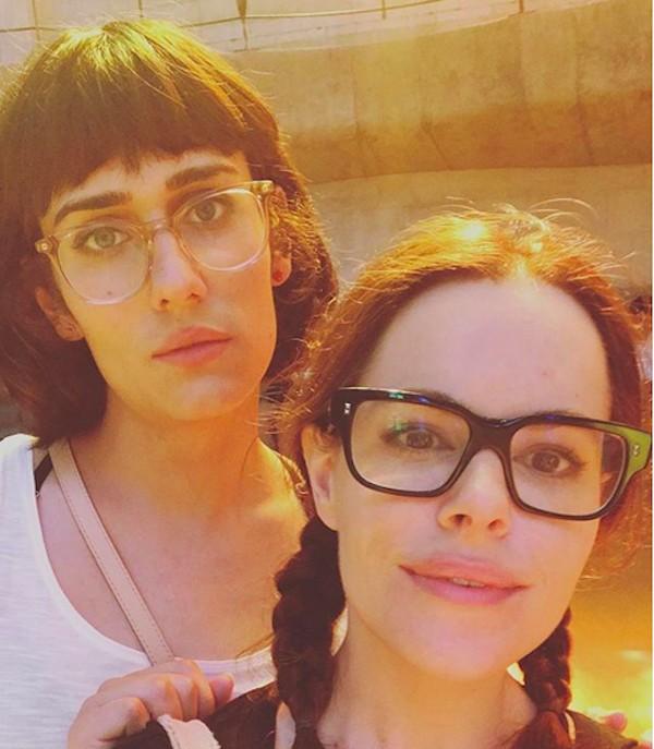 A cantora Teddy Geiger com a namorada, a atriz Emily Hampshire (Foto: Instagram)
