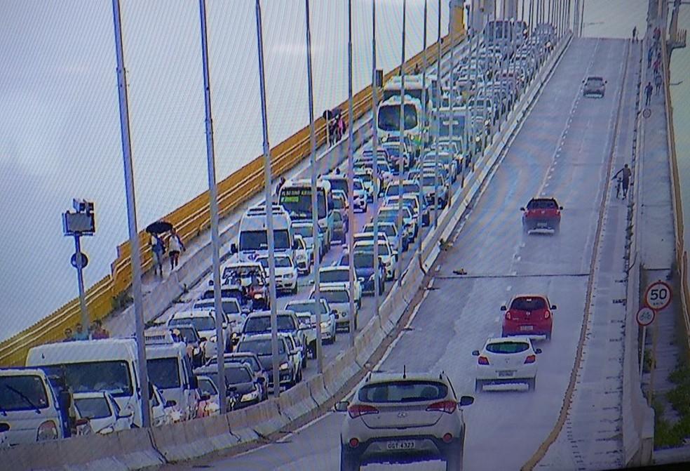 Trânsito na Ponte Newton Navarro ficou lento durante o protesto (Foto: Clayton Carvalho/Inter TV Cabugi)