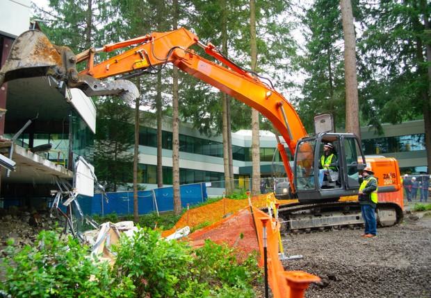 Funcionários da Microsoft ajudaram na tarefa de demolir os prédios  (Foto: Divulgação/Microsoft)