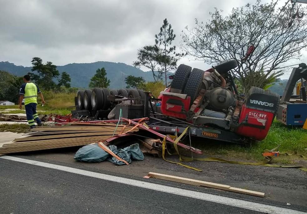 Carreta tombou na Rodovia Régis Bittencourt, em Cajati, SP (Foto: Divulgação/Arteris)