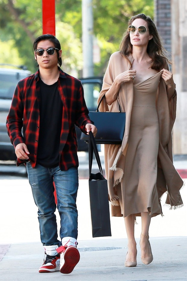 Los Angeles, CA  - *EXCLUSIVE*  - Angelina Jolie and her son Pax grab lunch at Perch restaurant in Downtown LA before going shopping on Melrose Place.Pictured: Angelina Jolie, Pax Jolie-PittBACKGRID USA 26 AUGUST 2018 USA: +1 310 798 9111 / us (Foto: 4CRNS / Javiles / WCP / BACKGRID)