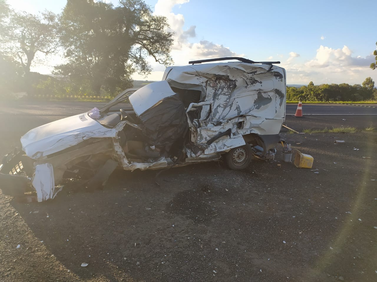 Motorista morre em acidente entre caminhão e carro na BR-373, diz polícia