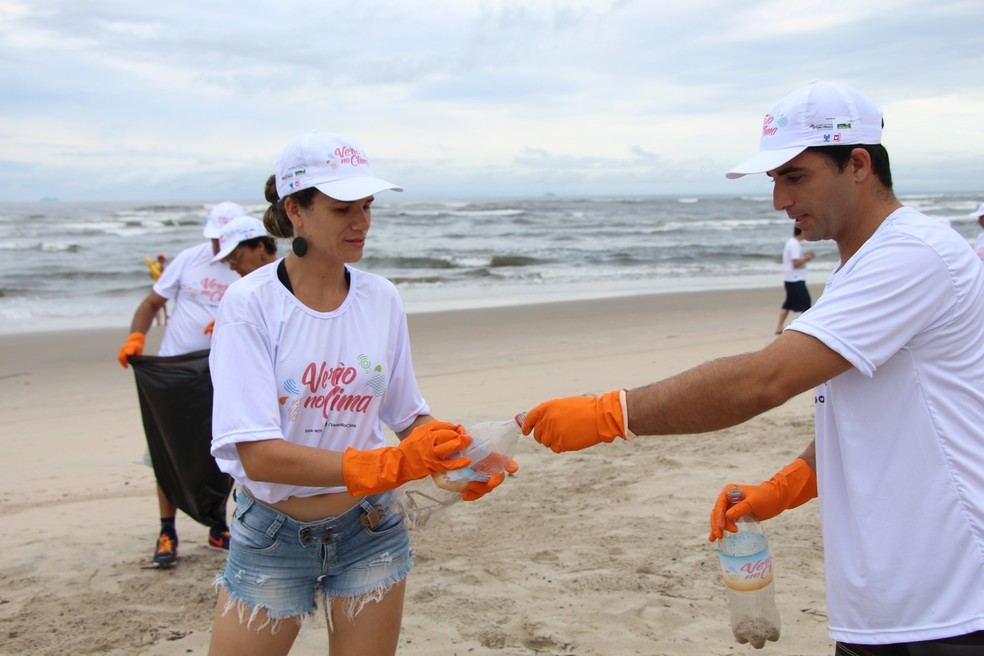 Voluntários receberam um kit para participar da ação do projeto Verão no Clima, em Itanhaém (Foto: Divulgação/Prefeitura de Itanhaém)