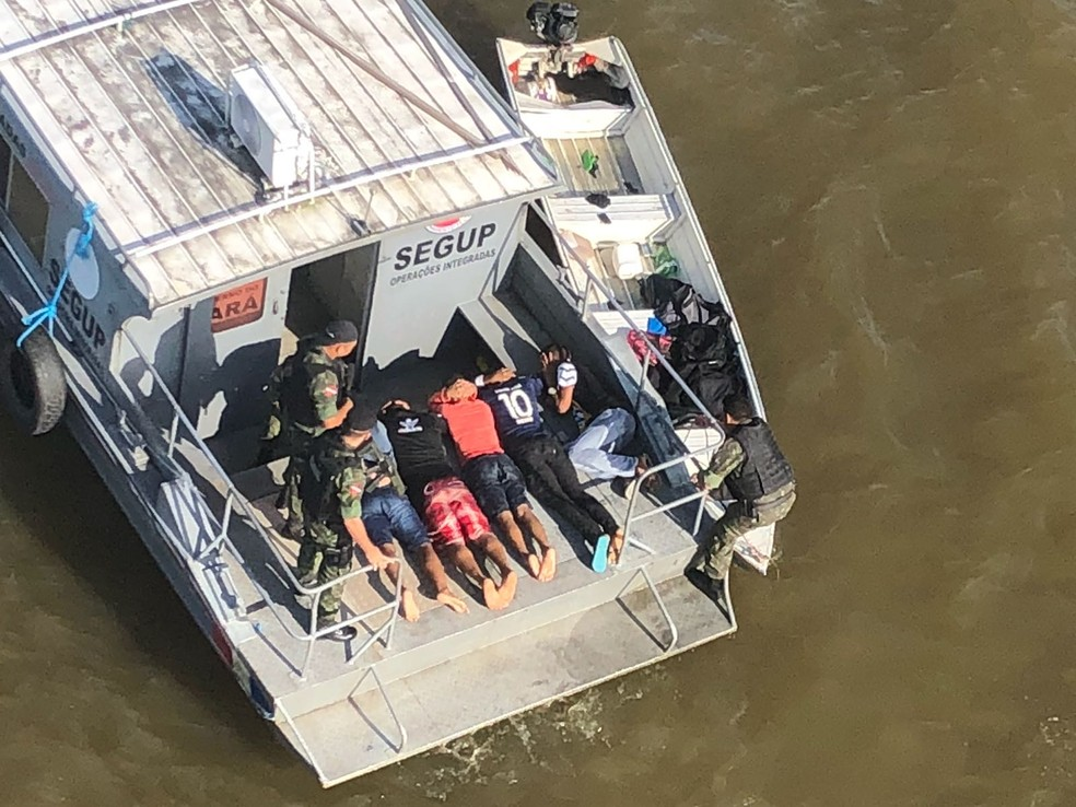 Assaltantes são presos após fazerem reféns em embarcação no Pará. (Foto: Ascom / Graesp)
