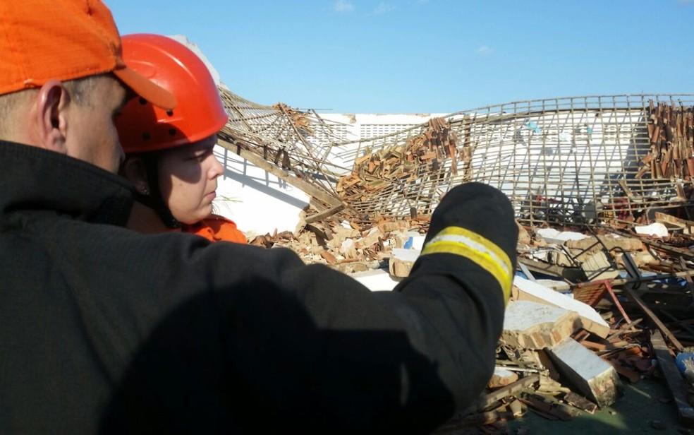 Equipe do Corpo de Bombeiros ajudou no resgate das vítimas (Foto: Kedma Ferr/TV Sergipe)