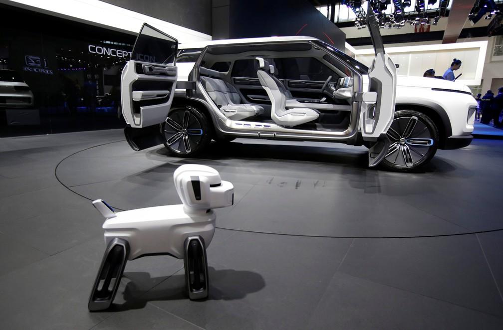 O conceito Geely SX12 foi apresentado ao lado desse simpático cachorrinho robótico no Salão de Pequim 2018 (Foto: Jason Lee/Reuters)