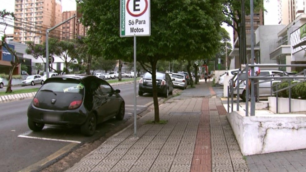 Motorista descia do carro para depositar malote de dinheiro em banco quando foi abordado por assaltantes, nesta segunda-feira (8), em Londrina — Foto: Reprodução/RPC