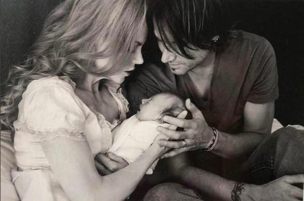 A atriz Nicole Kidman com o marido, Keith Urban, em foto do nascimento de sua filha Sunday (Foto: Instagram)