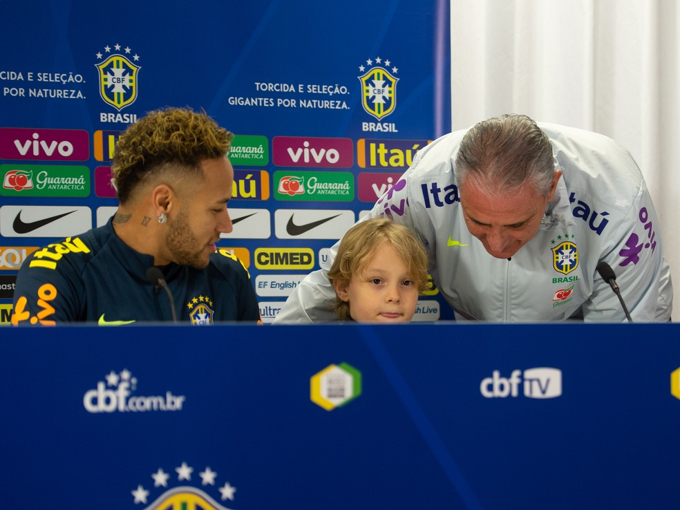 Tite cede lugar a Davi Lucca, filho de Neymar, em coletiva da seleção brasileira em Londres — Foto: Pedro Martins/MoWA Press