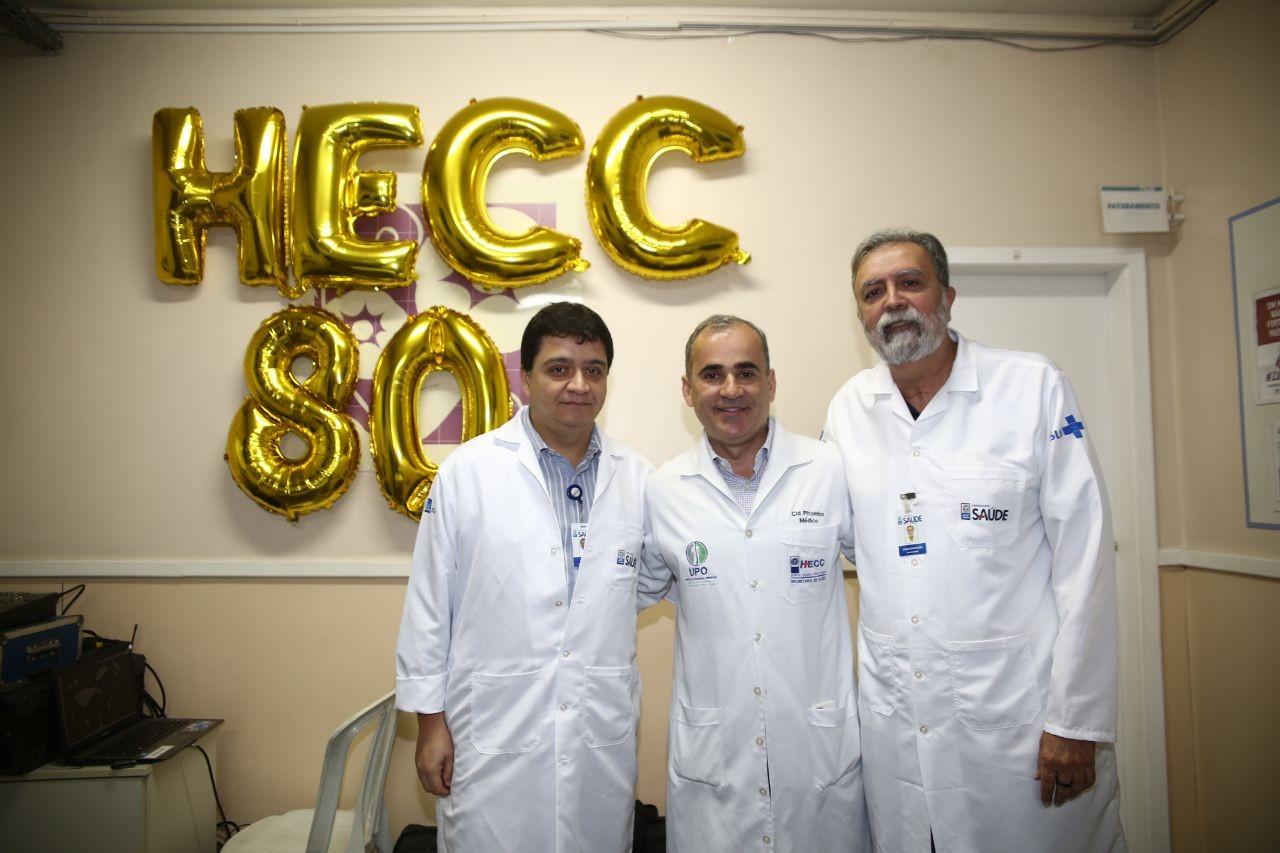 Cid Pitombo entre Paulo Reis, diretor médico do HECC, e o médico João Aroeira.