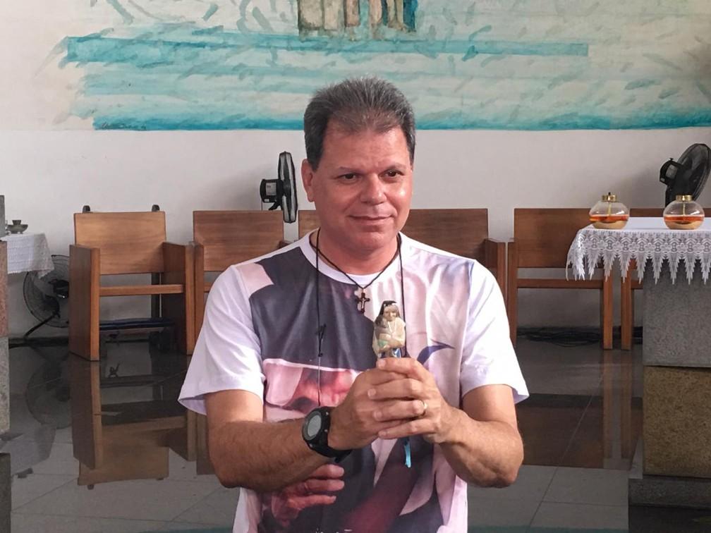 Maurício Moreira com a imagem de Irmã Dulce que disse ter colocado no olho durante oração — Foto: Maiana Belo/G1
