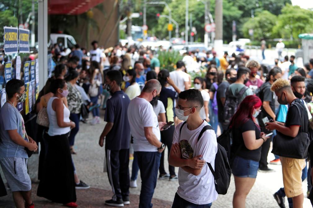Estudantes e familiares aguardam antes de início da primeira prova do Enem no dia 17 de janeiro, em São Paulo. — Foto: Amanda Perobelli/Reuters